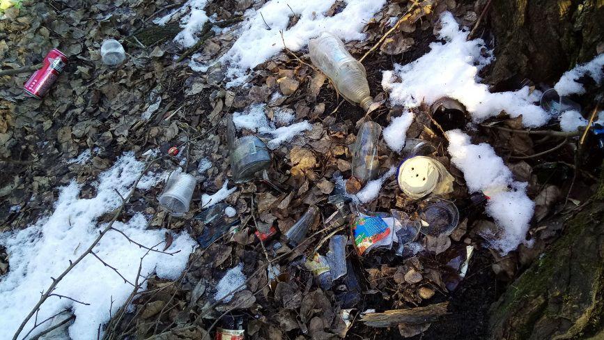Острівець на Водокачці знову перетворили на смітник