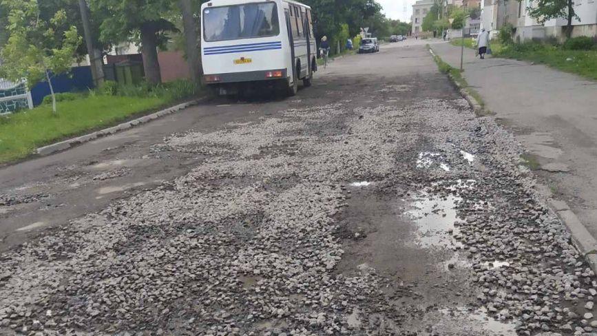 Фото дня: ремонт камінцями вулиці Підгорбунського