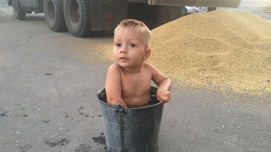 Фото дня: розподіл зерна пайовикам, спека та рибалки
