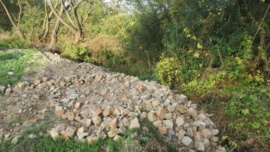 У Махнівці річку Гнилоп'ять засипають будівельними відходами