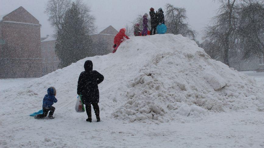 Сніжна зима подарувала козятинським дітям класну гірку