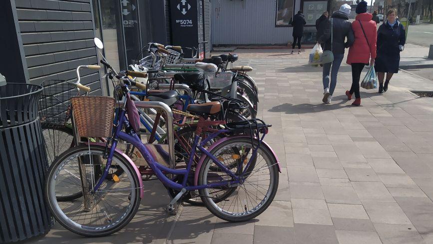 Велосипедистів у Козятині, хоч греблю гати, а велодоріжок немає. Чому?