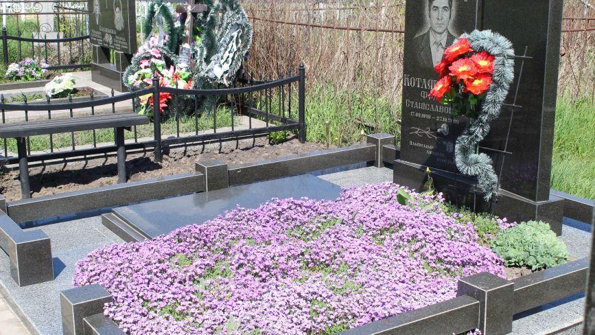 Нині на кладовищі штучних квітів майже немає. Що буде після Провід – побачимо