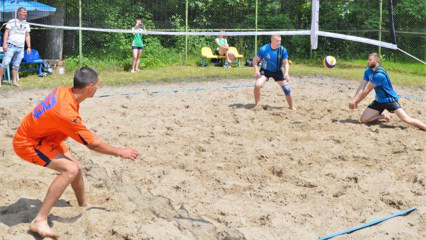 """На стадіоні """"Локомотив"""" грали у пляжний волейбол. Хто переміг?"""