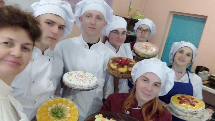 Кавовий та пісочно-кремовий: як козятинські студенти-кондитери пекли торти