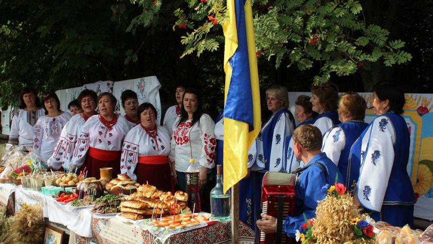 Борщ, вареники та коровай: у Козятині провели фестиваль-ярмарку від сільських громад на день Незалежності України