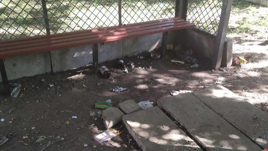 Фото дня: парк біля залізничного вокзалу потопає у смітті