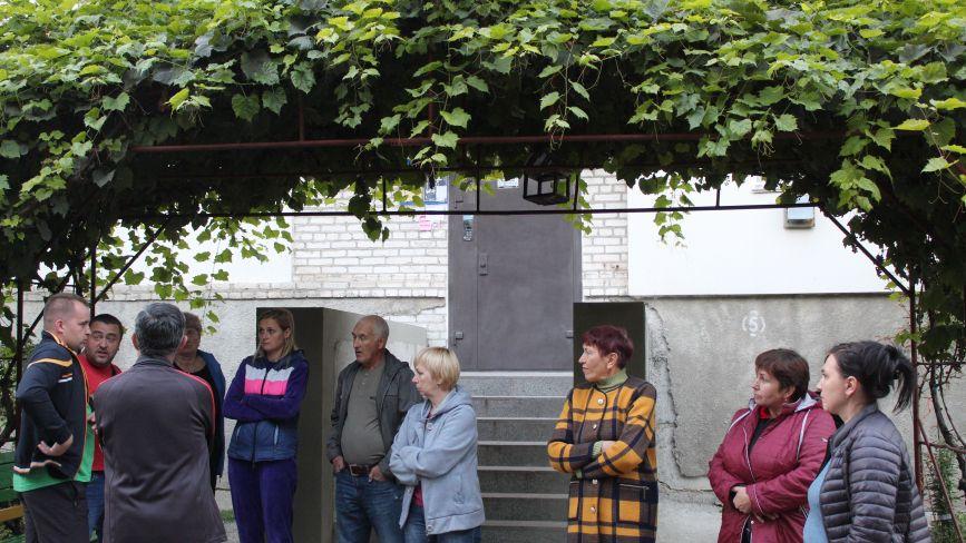 Перекрили заїзд до багатоквартирного будинку на Катукова,41 з обох боків. Мешканці цього так не залишать