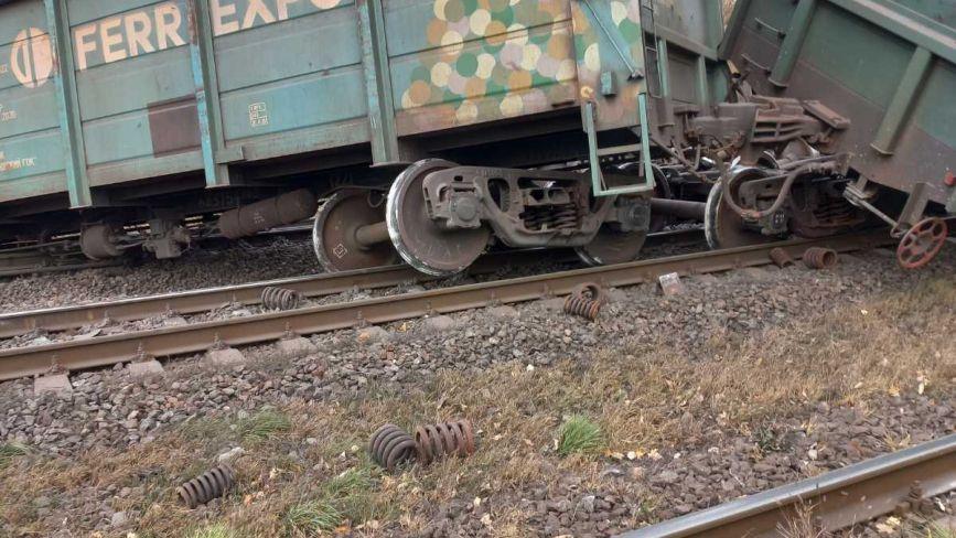 Поїзда та електрички не їдуть: через схід вагонів деякі пасажирські поїзди курсують із запізненням
