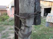 На вулиці Чехова стоїть аварійний електричний стовп