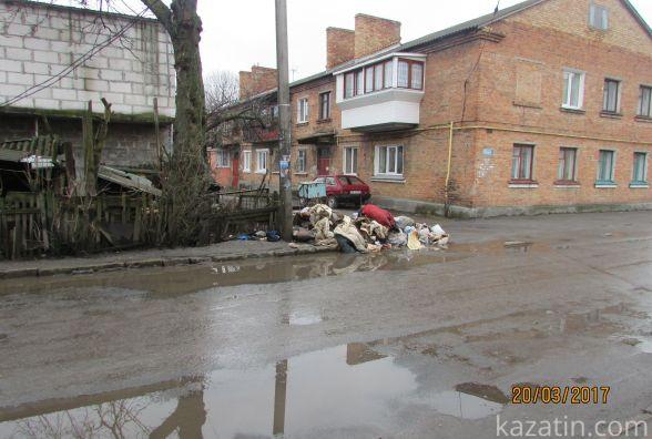 Велечезні калюжі та багнюка на дорогах і кучі сміття