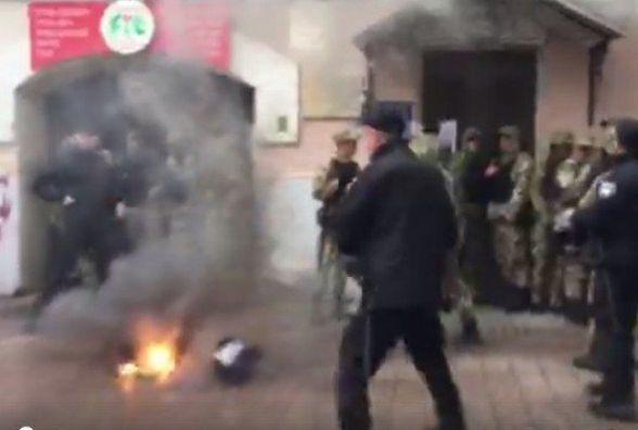 Йде підготовка до штурму: У центрі Києва поліція заблокувала штаб українських націоналістів.