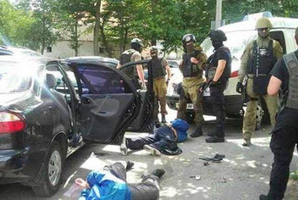 """У Вінниці поліція затримала злочинну групу """"гастролерів"""", яка вчинила збройний напад на ювеліірний магазин"""