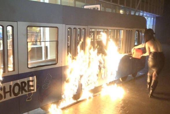 Біля магазину «Рошен» на Соборній оголені феміністки спалили «трамвайчик». Є відео