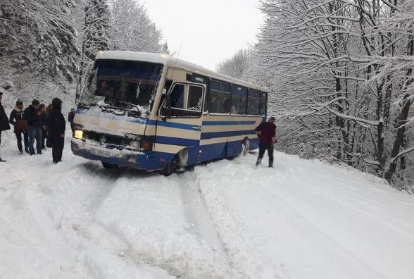 Куди звертатися водіям, якщо потрапили в снігову пастку. Список телефонів екстрених служб