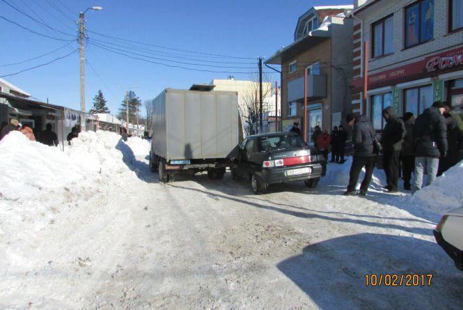 Автівка, що возить підслідних, зачепила легковий автомоібль