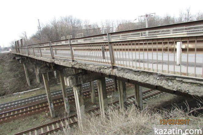 Міст через залізницю на Білоцерківській жде обвал