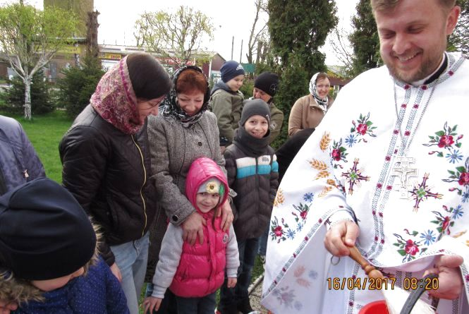 Отець Антон з Великоднім вітанням