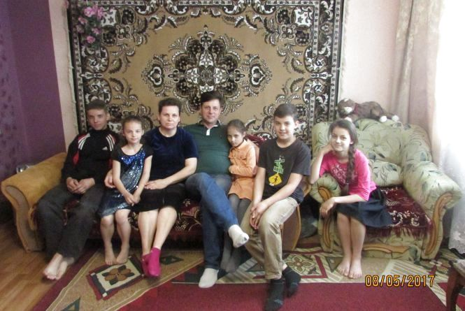 Десятеро дітей виховує сім'я Загорних