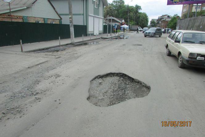 По вулицi Грушевського майже навпроти суду — небезпечна яма на дорозi