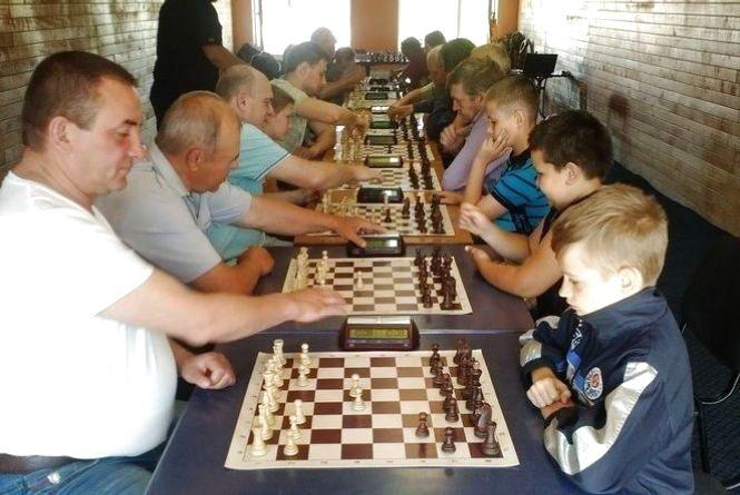 Змагалися юні й дорослі шахісти