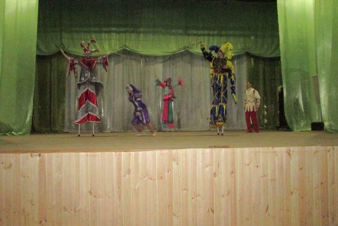 Артисти на ходулях підняли настрій