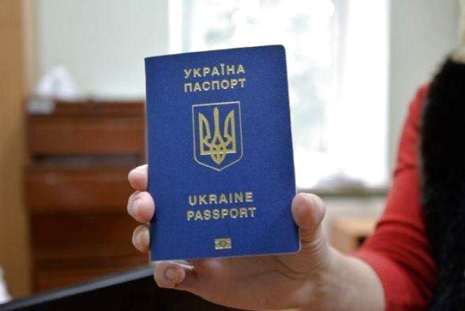 Коли закордонні паспорти будуть виготовляти вчасно? Пояснюють у міграційній службі
