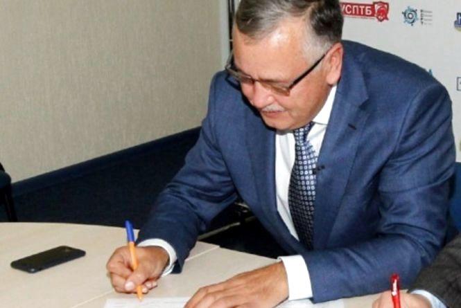 Анатолій Гриценко підписав меморандум з Українською радою бізнесу