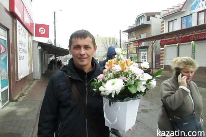 Зловили депутата з квітами о пів на восьму ранку