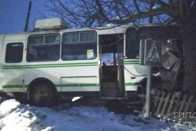 Потрійна ДТП у Калинівці: два побиті легковики та автобус