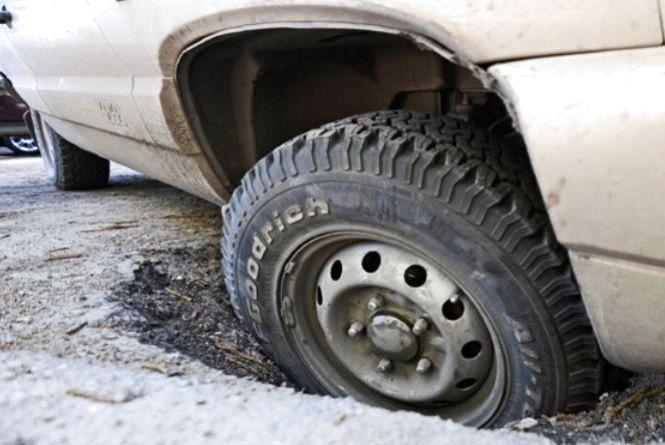 Як отримати компенсацію за ремонт авто, пошкодженого через погані дороги