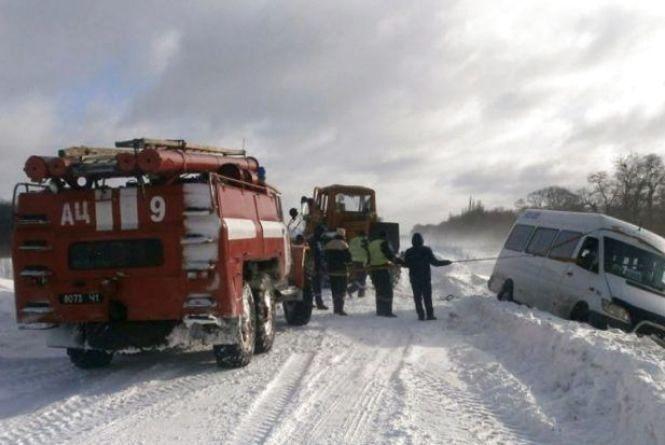 На Вінниччині шість автомобілів застрягли у сніговому заметі