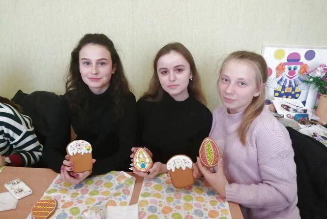 Ліцеїсти готували солодощі для дітей з Донеччини