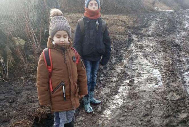 Діти ходять в школу по багнюці!