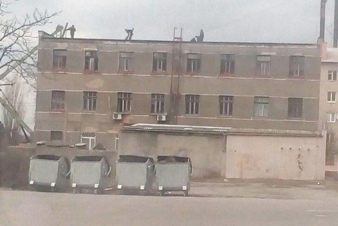 """Фото дня: """"латають"""" дах центру первинної медичної допомоги"""