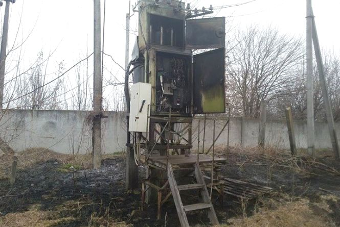 Згорів трансформатор, суха трава та кілька споруд