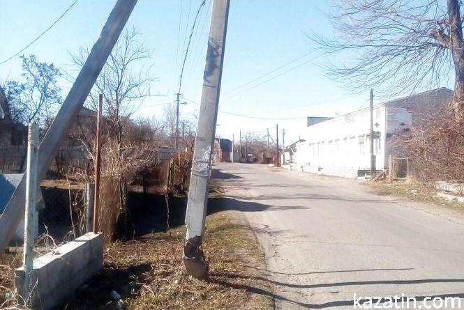 """В центрі села Козятин — """"підбита"""" електроопора та смітники"""