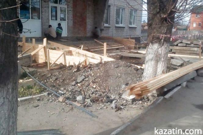 Фото дня: активно ремонтують вхід у міську сімейну медицину
