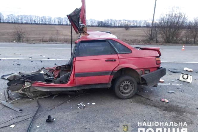 Під Калинівкою машину розірвало навпіл. Двоє людей загинули