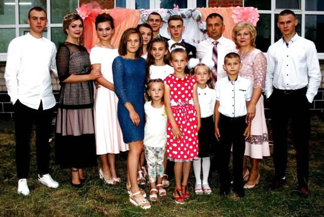 У сім'ї 13 дітей і всі свої: життя великої родини