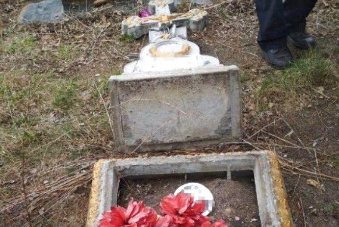 Підлітки розважались на... могилах: кримінал  у Махаринцях