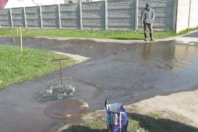 У місті Козятин зливали воду по вулиці, щоб почистити хлором водогін