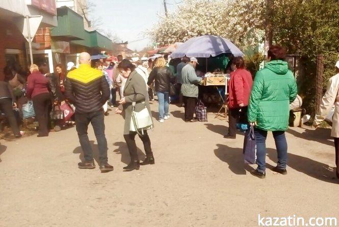 Козятин сьогодні:  розпускаються каштани, люди скуповуються на ринку до свят, ремонт доріг триває