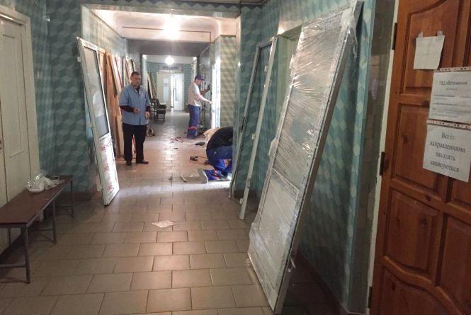 Ремонт: у козятинській районній лікарні нові двері