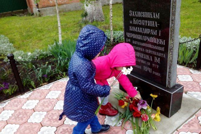 Зворушливо: дітки квітами вшанували пам'ять захисників