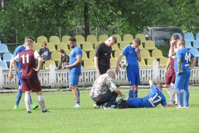 Футболісти боролись з суперником і мокрим полем