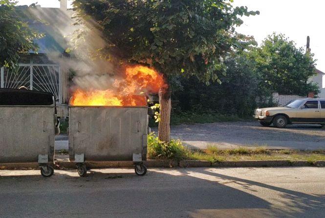 В центрі Козятина підпалили сміттєві баки