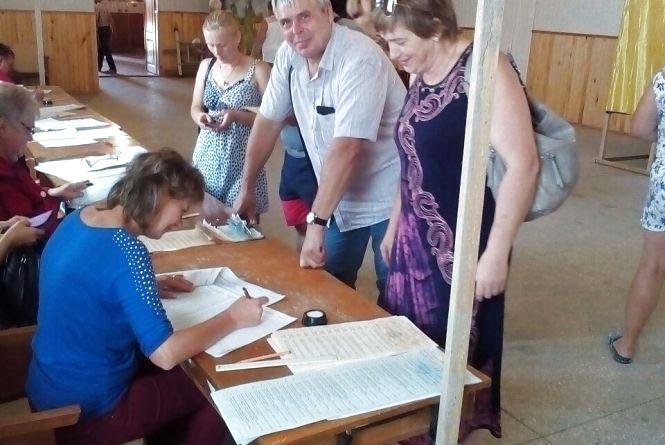Як голосували в селі Козятин.  Фоторепортаж з виборчої дільниці