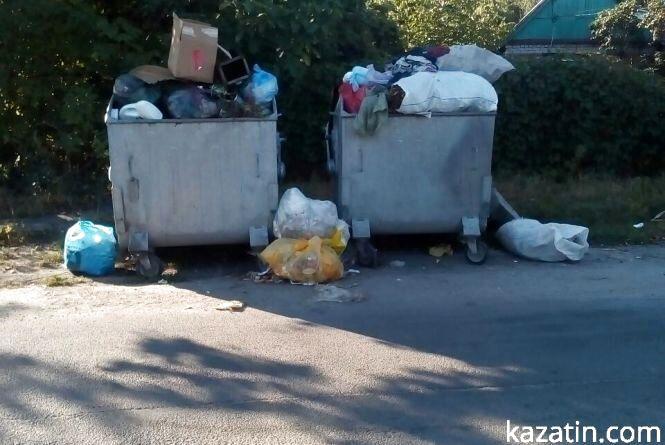 Фото дня: переповнені контейнери по вулиці Незалежності