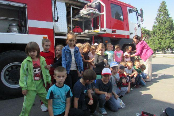 «Запобігти! Врятувати! Допомогти!»: рятувальники влаштували дошкільнятам показові виступи